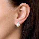 Stříbrné náušnice visací s bílou říční perlou 21016.1 [1]